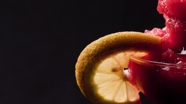 vídeos y material grabado en eventos de stock de frozen daiquiri de fresa sobre fondo negro - daiquiri