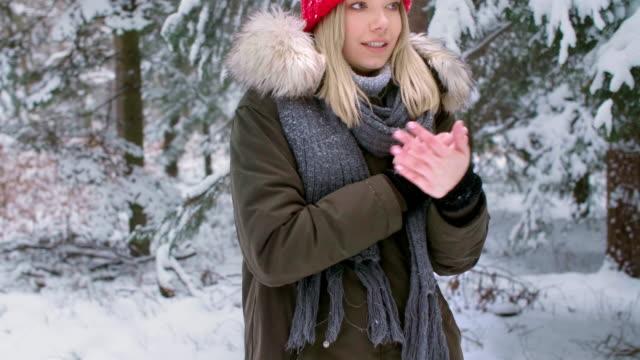 vídeos de stock e filmes b-roll de frozen woman/debica/poland - frio