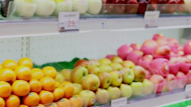 スーパー マーケットの果物と野菜 - 生鮮食品コーナー点の映像素材/bロール