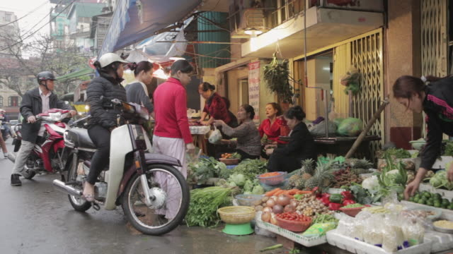 MS, PAN Fruit and vegetable sellers at an outdoor market in central Hanoi / Hanoi, Vietnam