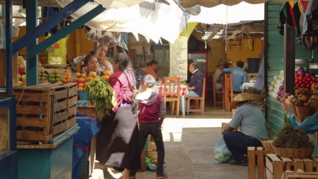fruit and vegetable stalls at a traditional food market in san cristobal de las casas, chiapas, mexico - mexiko stock-videos und b-roll-filmmaterial