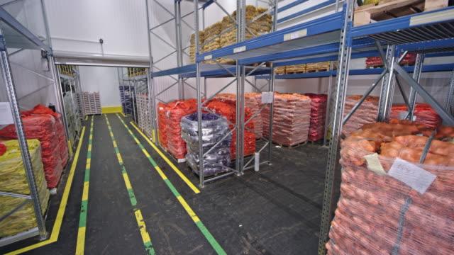 vídeos y material grabado en eventos de stock de cs almacén de frutas y verduras - comidas y bebidas