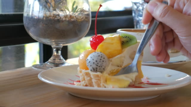 フルーツケーキのミックスでリラックスタイムには、ケーキショップ、4 k (uhd - タルト点の映像素材/bロール