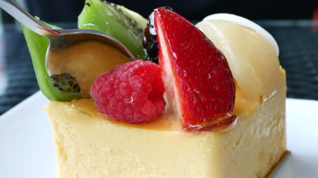Fruit Cheesecake with serving and cutting cake