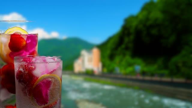 Fruktdrycker på mountain river bakgrund