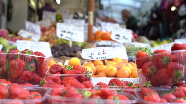 vídeos de stock, filmes e b-roll de fruit in farmer's market - contéiner de plástico