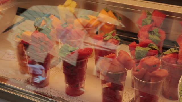 fruit in shop window near piazza del campo, siena, tuscany, italy, europe - präsentation hinter glas stock-videos und b-roll-filmmaterial