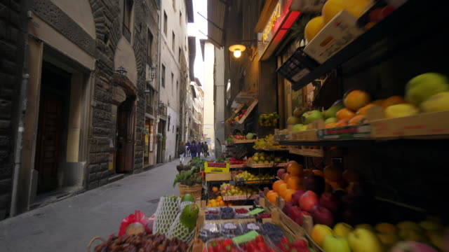 fruit market in narrow street in florence, italy - florenz italien stock-videos und b-roll-filmmaterial