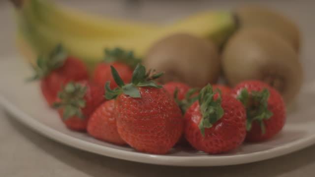 vídeos de stock e filmes b-roll de fruit on a platter - natureza morta