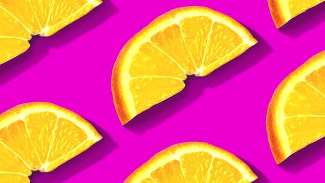 obst-muster auf farbigem hintergrund. - orange frucht stock-videos und b-roll-filmmaterial