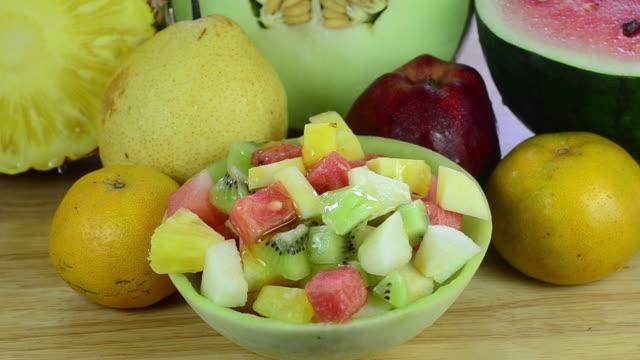 vídeos de stock, filmes e b-roll de salada de frutas - melão musk