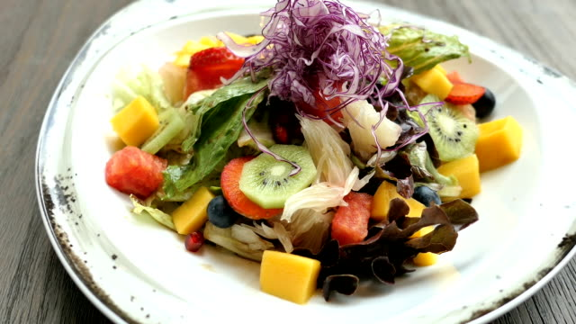 Obstsalat mit Gemüse in Platte