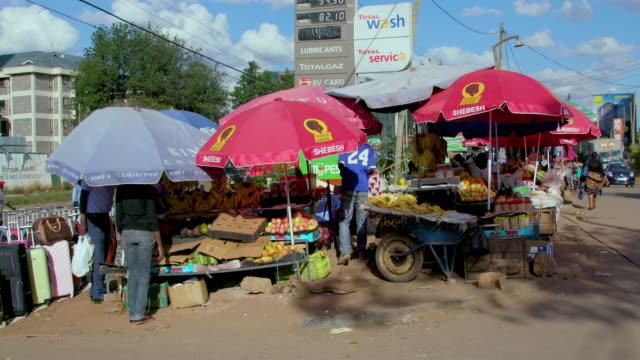 fruit stall at ngong road street market nairobi  kenya  africa - ナイロビ点の映像素材/bロール