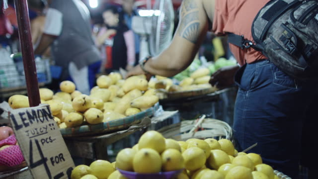 vídeos y material grabado en eventos de stock de fruit stalls at manila street market - puesto de mercado