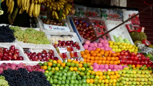 fruit stand in a market in india 2 - bauernmarkt stock-videos und b-roll-filmmaterial