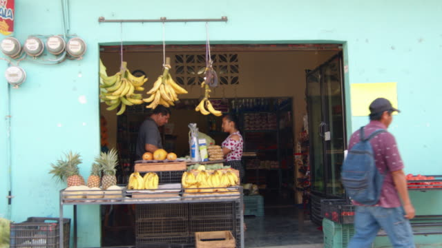 vídeos de stock e filmes b-roll de fruit stand in downtown palenque, mexico - palenque