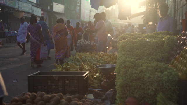 vidéos et rushes de fruit street market at india - inde