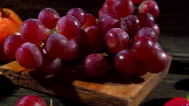 vidéos et rushes de fruits et boisson - raisin noir