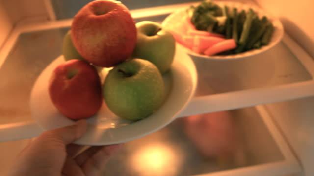 Obst und Gemüse in den Kühlschrank.