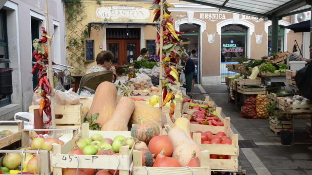 vídeos de stock e filmes b-roll de ws fruits and vegetables market / rovinj, istria, croatia - escrita ocidental