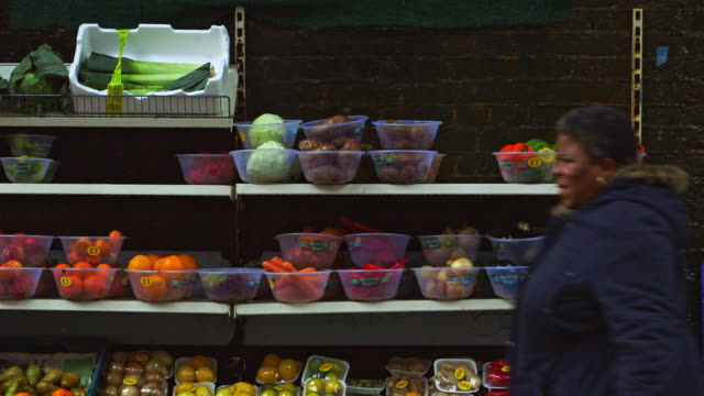 vídeos de stock e filmes b-roll de ms selective focus fruits and vegetables on market stall in peckham / london, england, united kingdom - peckham