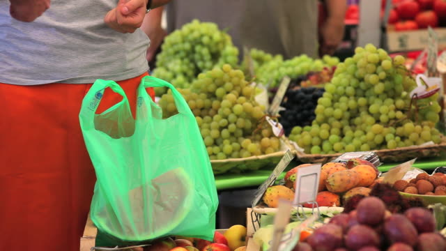 fruits at the open market - frische stock videos & royalty-free footage