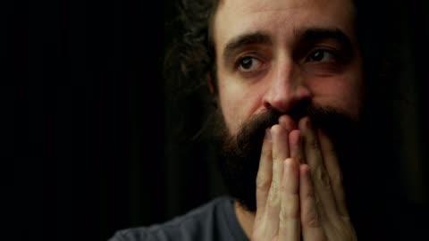 vidéos et rushes de homme barbu frustré - sans espoir