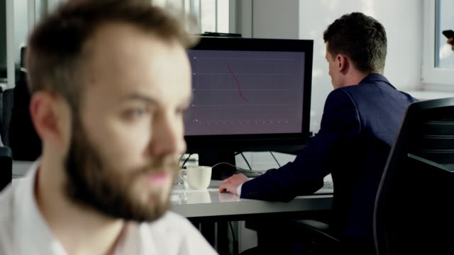 vídeos de stock, filmes e b-roll de empresário frustrado no escritório - falência