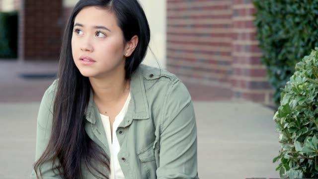 vídeos de stock, filmes e b-roll de estudante universitário frustrado usa smartphone - estudante universitária