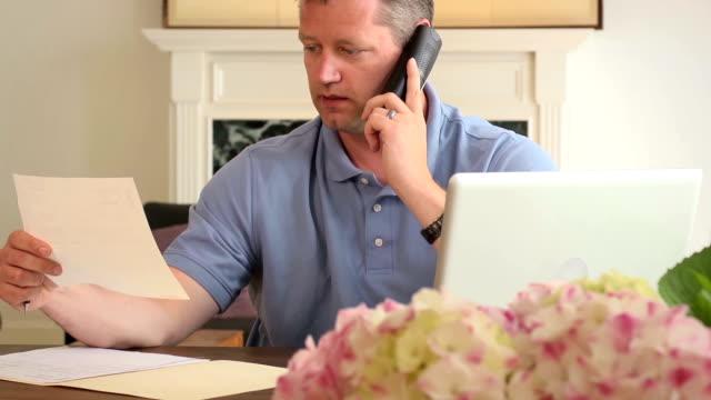 vidéos et rushes de homme frustré plaide avec grande entreprise sur le téléphone - seniornaute