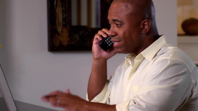 vídeos de stock, filmes e b-roll de frustrado homem fala com grande empresa pelo telefone - batendo com a cabeça na parede