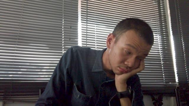 イライラする人が仕事に飽きた - 集中点の映像素材/bロール