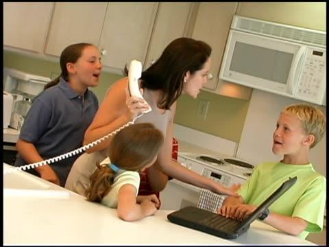 vídeos de stock e filmes b-roll de frustrated mother with distracting children - família com quatro filhos