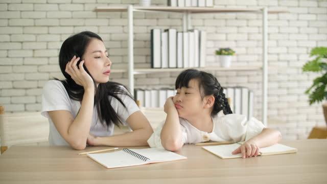 宿題をしている間、娘についてイライラしたストレスを感じた母親 - 宿題点の映像素材/bロール