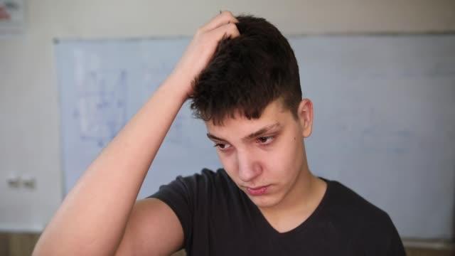 studente frustrato in classe, davanti alla lavagna - chiedere video stock e b–roll
