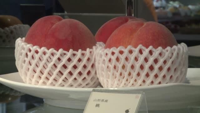 frutas de formas perfectas las mejor cultivadas en todo japon son vendidas en una tienda a precios exorbitantes solo al alcance de los mas... - fruta stock videos & royalty-free footage
