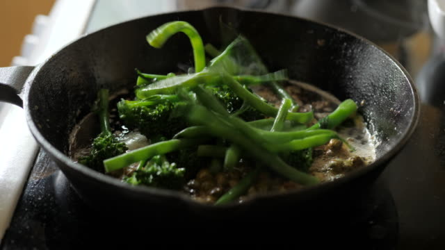 stockvideo's en b-roll-footage met bak broccoli stengel, sperziebonen met gesneden knoflook en kappertjes op koekenpan - sperzieboon