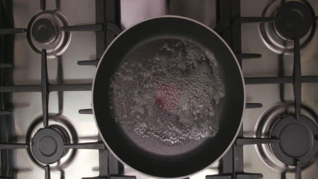 vídeos y material grabado en eventos de stock de frying an egg - huevos fritos de un solo lado