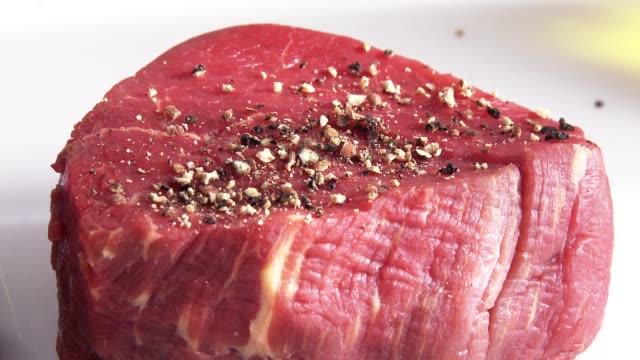 vídeos y material grabado en eventos de stock de frying beefsteak - carne de vaca