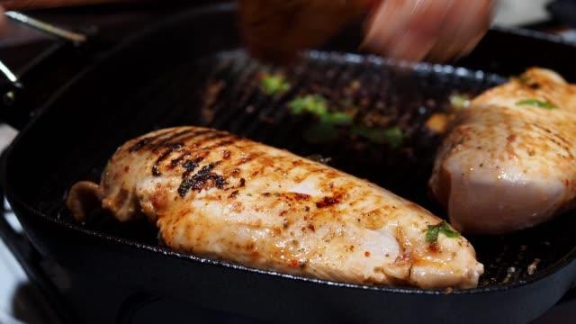 frying chicken breast - pollo ai ferri video stock e b–roll