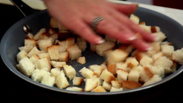 crostini che frigge - cibo cotto video stock e b–roll