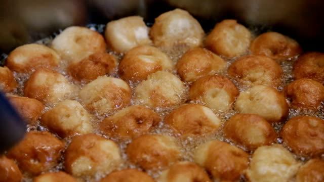 stockvideo's en b-roll-footage met frituren donut ringen - turks fruit
