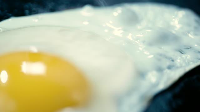 鍋に卵を揚げる - テーブルトップショット点の映像素材/bロール