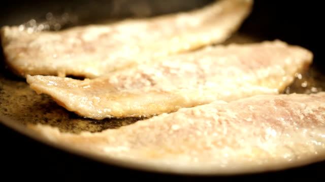 frying fisch - skillet cooking pan stock-videos und b-roll-filmmaterial