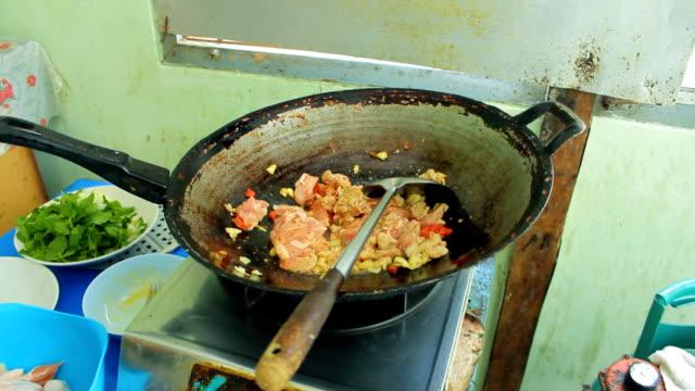 vídeos de stock, filmes e b-roll de fritando alimentos - aipo