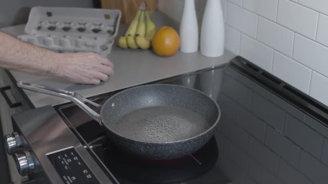 stockvideo's en b-roll-footage met het bakken van één ei voor ontbijt - gebakken ei