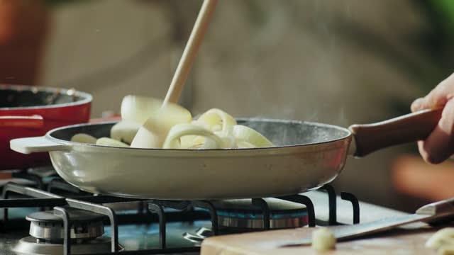 vídeos y material grabado en eventos de stock de frying onion - gas