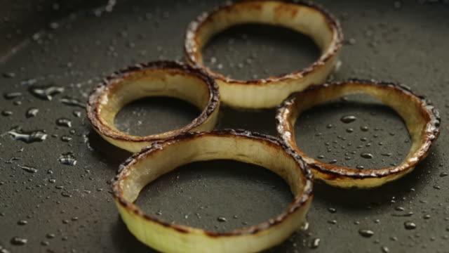 vídeos y material grabado en eventos de stock de frying onions - cuatro objetos