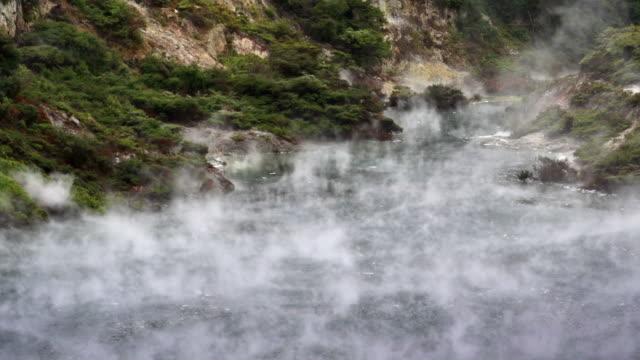 vídeos de stock e filmes b-roll de frigideira lago de rotorua - piscina térmica