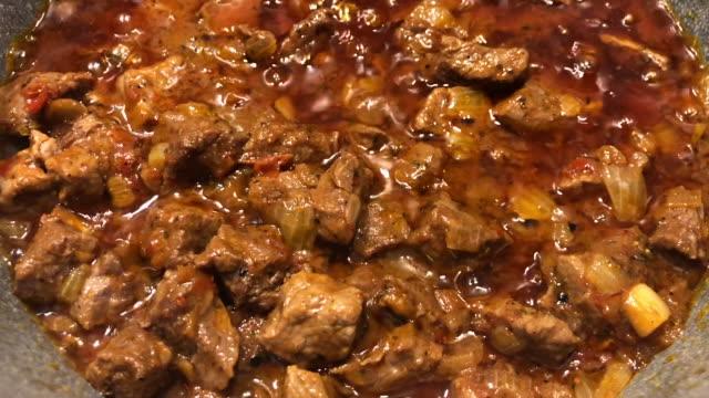 ストーブの上に生のビーフストロガノフとフライパン - 煮込み料理点の映像素材/bロール